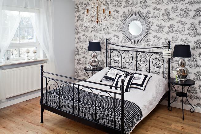 Sypialnia w stylu glamour z metalowym łóżkiem