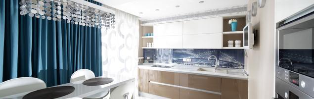 Biało-brązowa kuchnia z turkusowymi dodatkami – pomysł na nowoczesne wnętrze