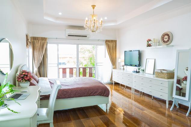 Sypialnia w stylu angielskim. Białe meble do sypialni